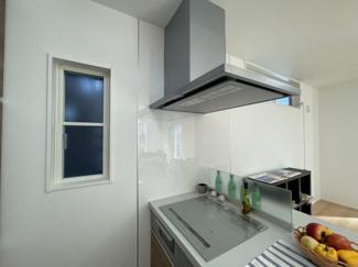 キッチン:備え付け食器棚/欧米風ペニシュランキッチン スリムタイプレンジフード