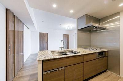 システムキッチンです。キッチンにも収納スペースがございます。