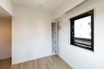 小物の収納に便利な棚付きの収納スペースがあります。
