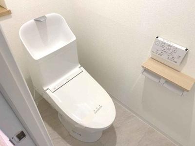 ホワイトで統一した、シンプルでスッキリ清潔感のあるトイレです。便器・温水洗浄便座を新調しております!