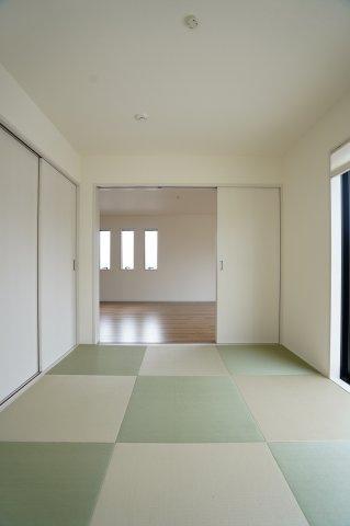 【同仕様施工例】三面鏡の収納とシンク下のスライド式収納ですっきりキレイに片付きます。