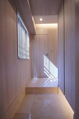 玄関廊下は大理石貼りです。シューズボックスですっきりと片付いた玄関に。