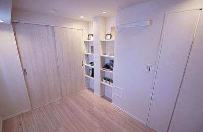 インテリアや小物の収納に便利な棚がございます。
