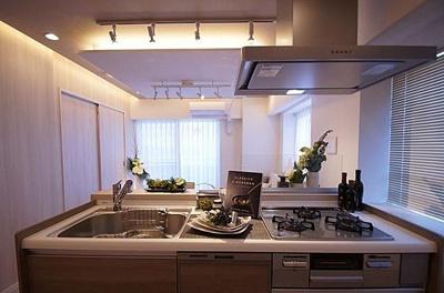 落ち着いた雰囲気のキッチン。システムキッチンは新規交換済みで綺麗です。