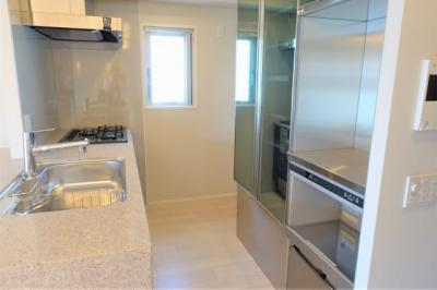 キッチンにも窓が有ります 大きなカップボードもあって収納充実
