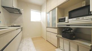 パントリーやキャビネットなど収納が沢山あるので、生活感が出がちのキッチン周りをスッキリさせます。床下収納あり。