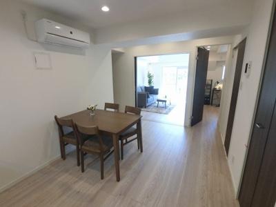 8.5帖のリビングは4.9帖洋室の引戸を開けると開放的なリビングとしても♪ 角部屋のため廊下側も人通りが少なくプライバシーを保てます。