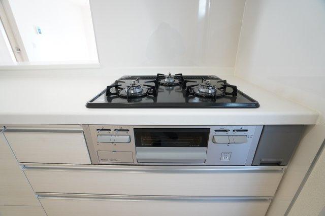 【同仕様施工例】3口コンロで同時にたくさんの料理が調理できます。