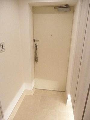 白を基調とした明るい雰囲気の玄関ですね。