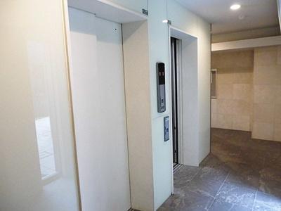 重い荷物を運ぶのにも便利なエレベーターがあります。