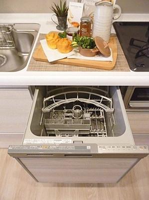ビルドインタイプの食洗機が食器の片付けをサポートしてくれます。