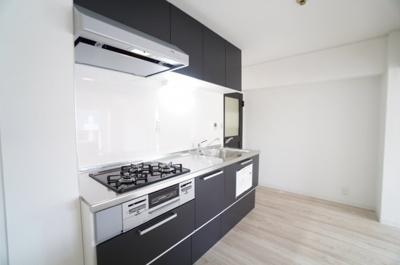 【システムキッチン】 新規交換のシステムキッチンです。 大きなシンクにゆとりある作業スペース、 お料理もお掃除もしやすい3つ口コンロ、 収納もあり使いやすいキッチンです。