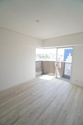 【東側洋室約6帖】 リビングから開き戸で入る本居室は、角部屋の利点を生かし、 ワイドバルコニーに面するサッシは2面採光の掃き出しサッシとなってます。 リモートワーク等のお部屋に最適です!