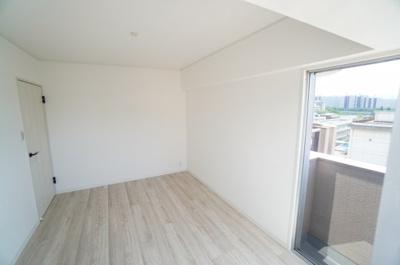 【東側洋室約6帖】 本居室には壁付けのエアコンが設置可能です。 白を基調とした室内は、 明るい住空間を造り出すだけでなく、 清潔感をもたらしてくれます。