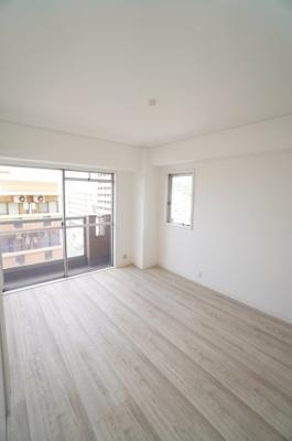 【西側洋室約6帖】 本居室にも壁付けのエアコンが設置可能です。 白を基調とした室内は、 明るい住空間を造り出すだけでなく、 清潔感をもたらしてくれます。