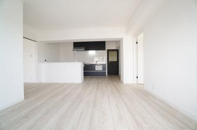 ☆約13帖LDKの特徴☆ ・新しくカウンターを設置 ・キッチンからリビング全体を見渡せる  セミオープンシステムキッチン ・パーティカルボードで床組みから取替え ・フラットに他の部屋とも繋がる