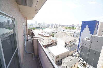 【バルコニー&眺望】 南向きのワイドバルコニーは、太田川から己斐の緑を臨みつつ、 中広から広島市内中心部の市街地借景に納めます。 陽当たりもよく洗濯物もよく乾きそう。 風通しも良さそうです!