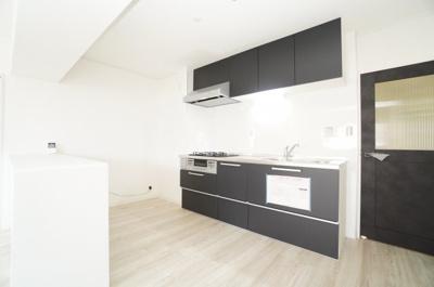 【システムキッチン】 リビングのスペースを広く取れる壁付けキッチン。 今回は、家事の動線を考え、キッチン後ろにカウンターを新規に設置。 この位のスペースがあると、お子さん達とも楽しく料理が出来そう!