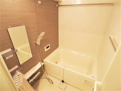 【リフォーム施工予定写真】 ゆったりとした足を伸ばして浸かって頂ける浴槽で日々の疲れも癒す事ができますね♪ 浴室乾燥機付きで雨天や花粉の時期の洗濯も安心して干す事ができますね♪