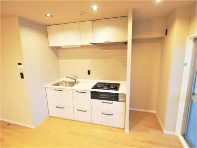 【リフォーム施工予定写真】新調し立てのシステムキッチンには収納がたっぷりついてます。 白を基調としていて清潔感がありますね♪