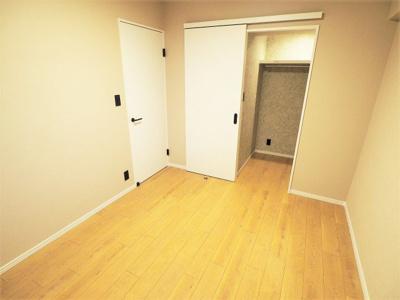 【リフォーム施工予定写真】洋室(5.5帖)です。 収納も広くとられお部屋を広くお使いいただけます。