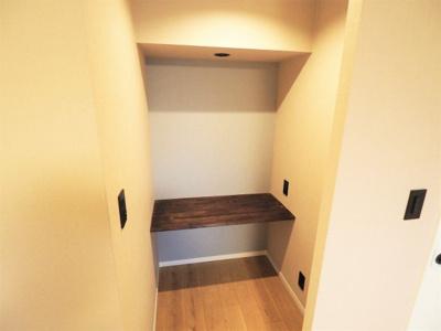 【リフォーム施工予定写真】洋室(5.5帖)にあるウォークインクローゼットです。 たくさん収納する事のできる収納ですね♪