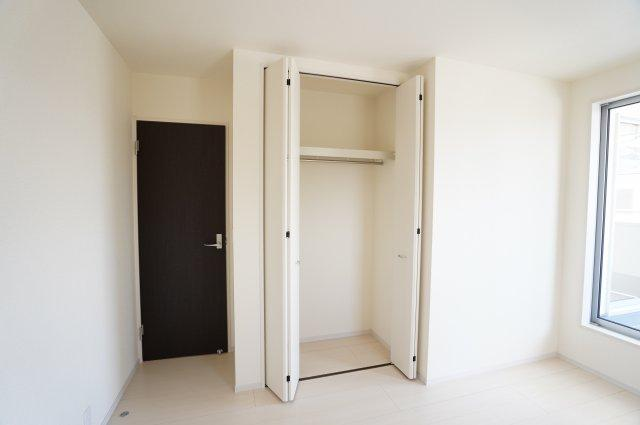 【同仕様施工例】小窓もアクセントになってかわいいお部屋です。