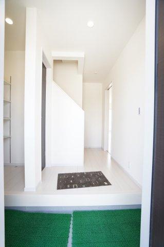 【同仕様施工例】白を基調とした清潔感のある玄関です。