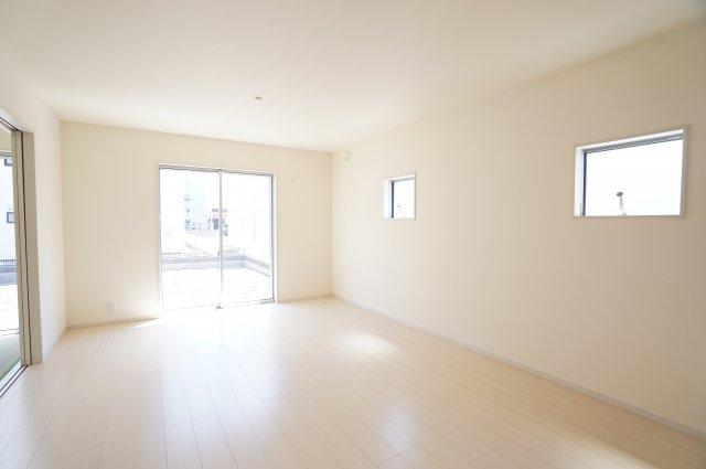 【同仕様施工例】南向きの明るいリビングです。陽当りのよいお部屋で快適に過ごせそうですね。