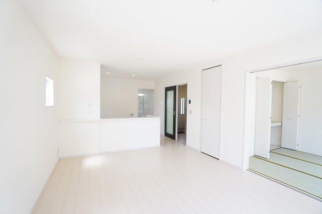 【同仕様施工例】リビング隣接の和室でゆったりと過ごせます。