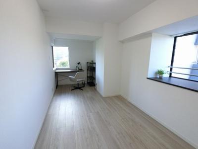 8.2帖の洋室は主寝室にいかがでしょうか。 DENスペースがありワークスペースとしても◎