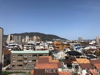 バルコニーからの眺望です♪お山も見え季節を感じられますね(^^)最上階の6階部分で周囲からの目線も気になりません!!