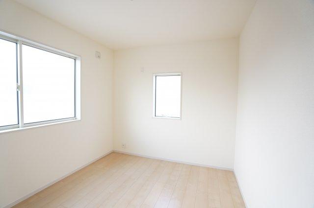 【同仕様施工例】2階:窓が2面あるので採光と通風がいいです。気持ちよく過ごせそうですね。