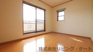 2階の6帖の洋室です。バルコニーにも出入りできます。