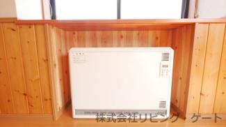 リビングにある蓄熱暖房器です。光熱費を節約できます。