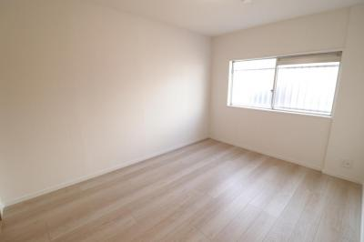 北側約6.4帖の洋室です。腰高窓で家具の配置もしやすそうですね。