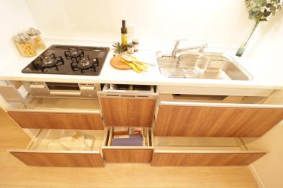 スライド式の収納が備わった使いやすいシステムキッチン。