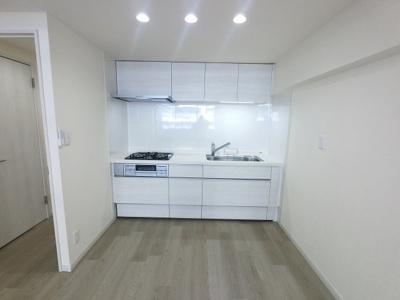 2口ガスコンロ付のキッチンです。 壁付けタイプのキッチンでお部屋を広くお使いいただけます。
