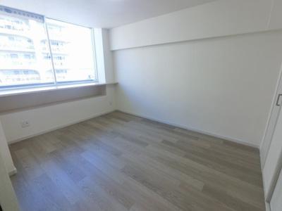 6.0帖の洋室は主寝室にいかがでしょうか。 窓が大きく開放感◎