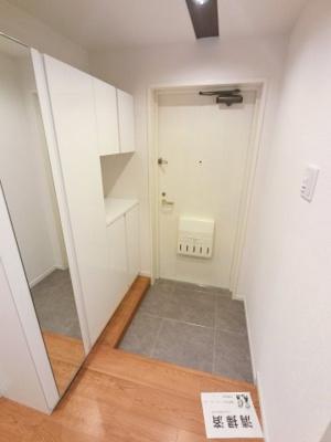 玄関部分です。 出勤前の身支度チェックに欠かせない姿見を玄関に備え付けました。