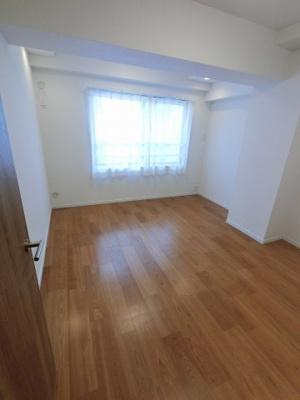 7.0帖の洋室です。 ゆったりとしたお部屋にはベッドも2つは置けますので、主寝室として使いやすいですね。