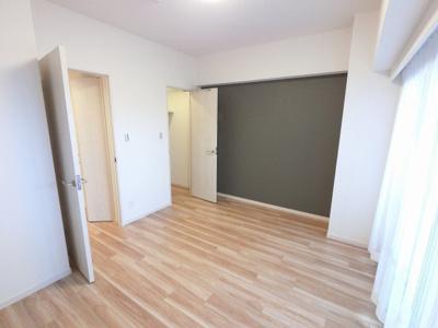 7.4帖の洋室です。 ゆったりとしたお部屋にはベッドも2つは置けますので、主寝室として使いやすいですね。