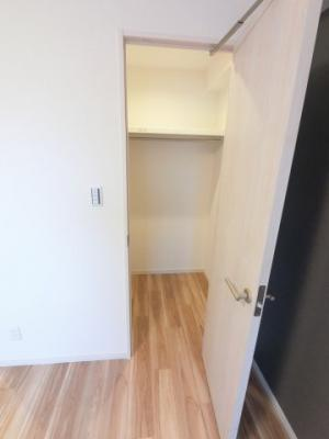 7.4帖のウォークインクローゼットです。 たっぷり収納できお部屋を広くお使いいただけます。