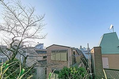 住戸からの眺望です。遮る建物がなく青い空が望めます。