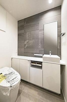 温水洗浄便座付きのタンクレストイレ。収納や手洗い場も設置しております。