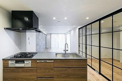 リビングが見渡せる対面式キッチンを採用しています。