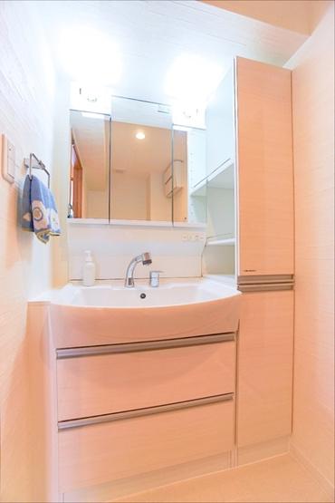 広々とした洗面所は清潔感があります 大きな鏡付きの洗面化粧台!