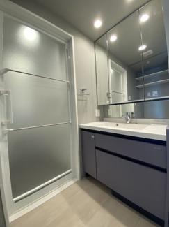 収納もたくさんある三面鏡洗面台です