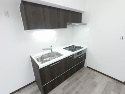 3口ガスコンロのシステムキッチンです。 壁付けタイプのキッチンでお部屋を広くお使いいただけます。