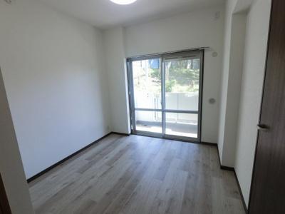 ダイニングキッチン横の洋室です。 洋室と和室は引戸で繋がっているため広い空間としても◎
